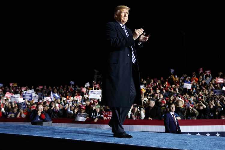 Tổng thống Donald Trump đến phát biểu tại một cuộc mit-tinh tại Sân bay Columbia ở Columbia, ngày 1/11/2018. (Anhra: Evan Vucci)