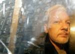 En esta imagen del 1 de mayo de 2019, las fachadas de los edificios se reflejan en una ventana mientras el fundador de WikiLeaks Julian Assange es retirado de una corte en Londres. (AP Foto/Matt Dunham, Archivo)